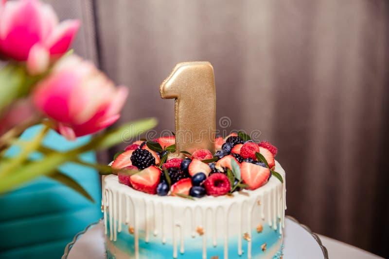 Gelukkige Verjaardag Vakantiecake met kaarsen De groeten van de verjaardag De kaart van de groet vier verjaardagspartij met schit royalty-vrije stock foto