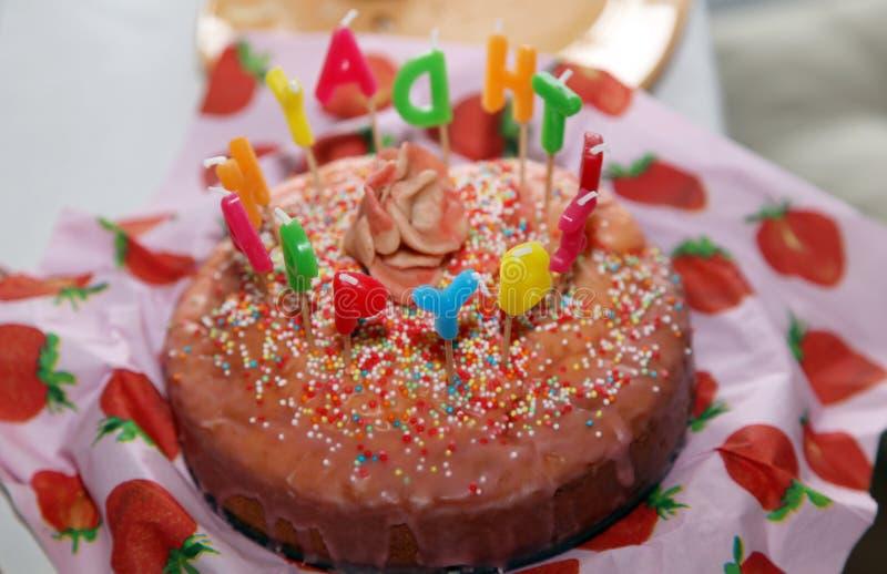 Gelukkige Verjaardagscake met Kaarsenbrief het branden royalty-vrije stock afbeeldingen