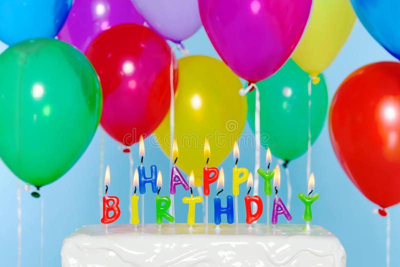 Gelukkige Verjaardagskaarsen op cake met ballons stock afbeeldingen