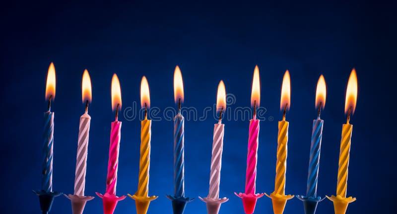 Gelukkige verjaardagskaarsen over blauw royalty-vrije stock foto's