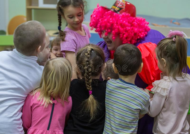 Gelukkige verjaardagspartij met clown royalty-vrije stock afbeeldingen