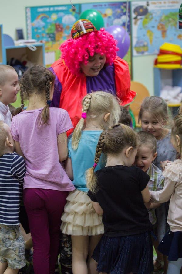 Gelukkige verjaardagspartij met clown stock foto