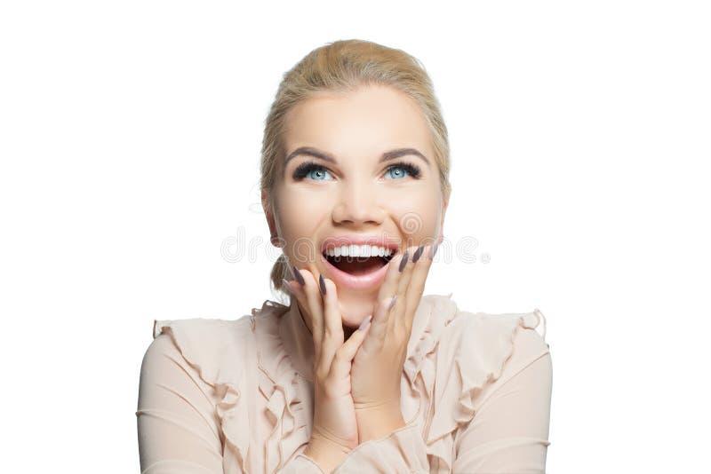 Gelukkige Verraste die Vrouw op Witte Achtergrond wordt geïsoleerd Lachend meisje, mooi gezicht royalty-vrije stock fotografie