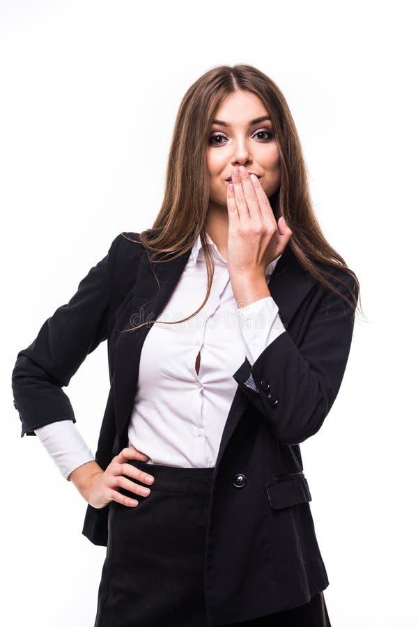 Gelukkige verraste opgewekte vrouw die met handen haar mond op witte achtergrond behandelen royalty-vrije stock fotografie