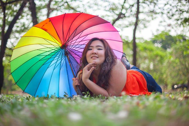 Download Gelukkige Vettige Vrouw Met Paraplu Stock Afbeelding - Afbeelding bestaande uit leuk, gezond: 39110861