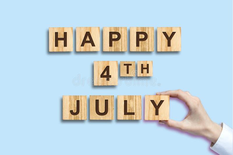 Gelukkige vierde van Juli-achtergrond De inschrijving op de houten blokken Ge?soleerde De achtergrond van de Verenigde Staten van royalty-vrije stock foto