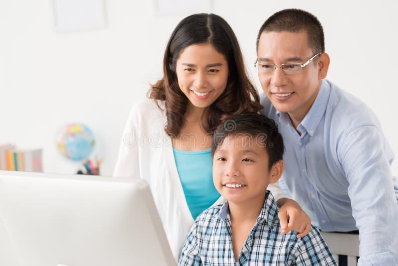 Gelukkige Vietnamese familie stock afbeeldingen