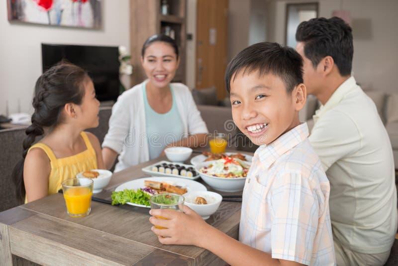 Gelukkige Vietnamese jongen stock fotografie