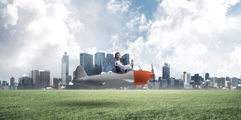 Gelukkige vliegenier die klein propellervliegtuig drijven royalty-vrije stock foto