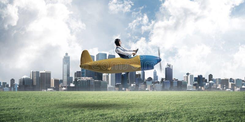 Gelukkige vliegenier die klein propellervliegtuig drijven royalty-vrije stock afbeeldingen
