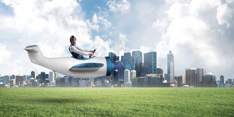 Gelukkige vliegenier die klein propellervliegtuig drijven royalty-vrije stock fotografie