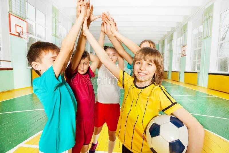 Gelukkige voetbalwinnaars die hoogte vijf samen geven stock foto's