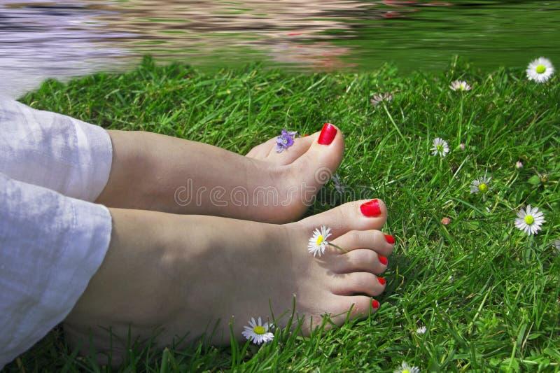 Gelukkige voeten dichtbij water stock foto's