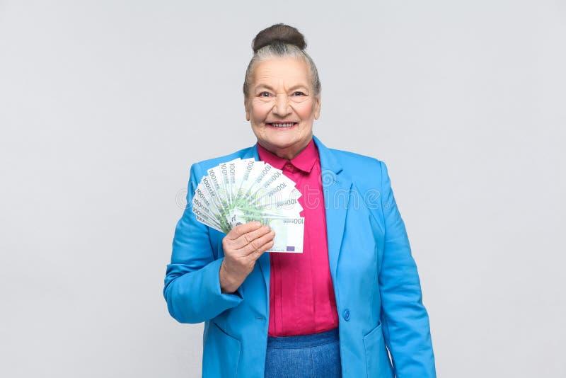 Gelukkige volwassen vrouw die vele euro houden royalty-vrije stock afbeeldingen