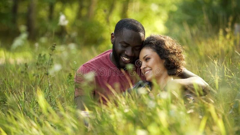 Gelukkige vriend en meisje het besteden gehuwde vrije tijd in lokaal park, het leven stock fotografie