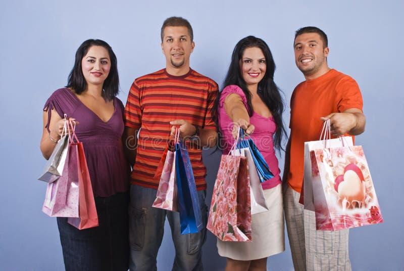 Gelukkige vrienden bij het winkelen stock afbeelding