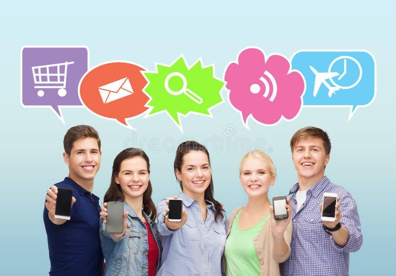 Gelukkige vrienden die de lege smartphonesschermen tonen royalty-vrije stock afbeeldingen