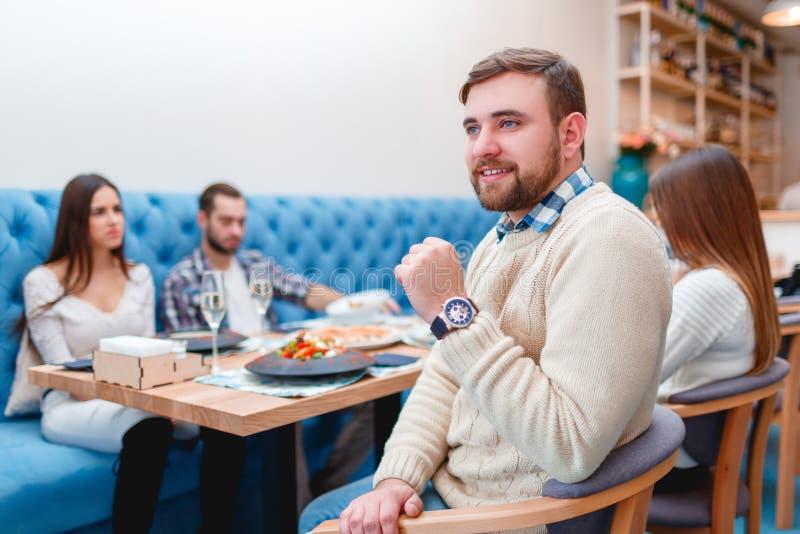 Gelukkige vrienden die diner in goed restaurant hebben stock foto's