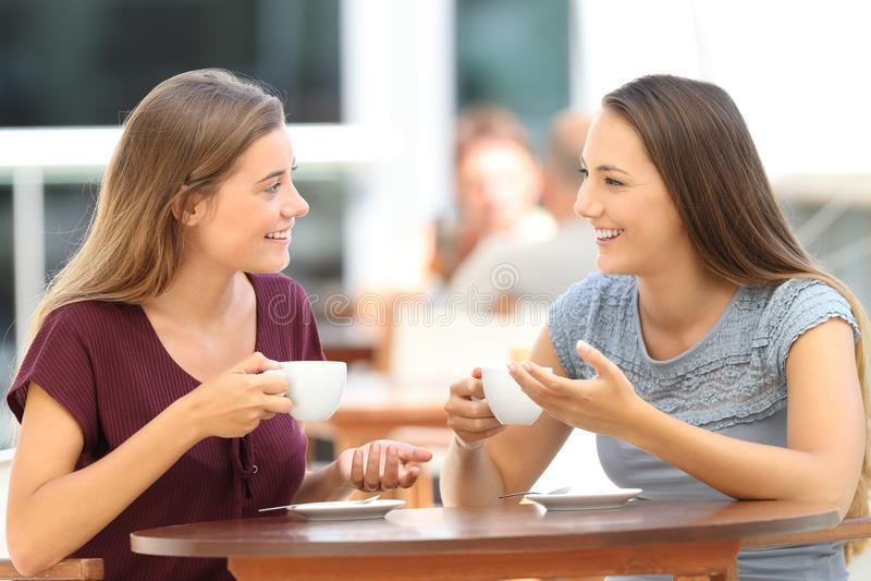 Gelukkige vrienden die een gesprek in een bar hebben royalty-vrije stock fotografie