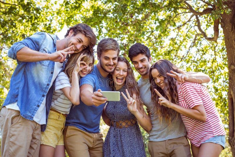 Gelukkige vrienden die een selfie nemen stock foto's