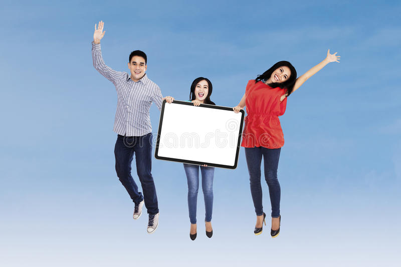 Download Gelukkige Vrienden Die Lege Raad Tonen Stock Foto - Afbeelding bestaande uit leeg, jumping: 39115818