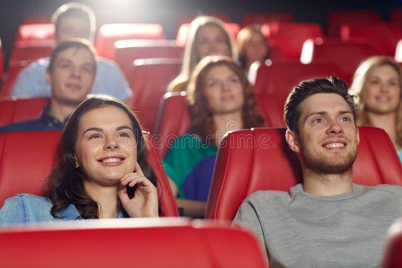 Gelukkige vrienden die op film in theater letten royalty-vrije stock foto