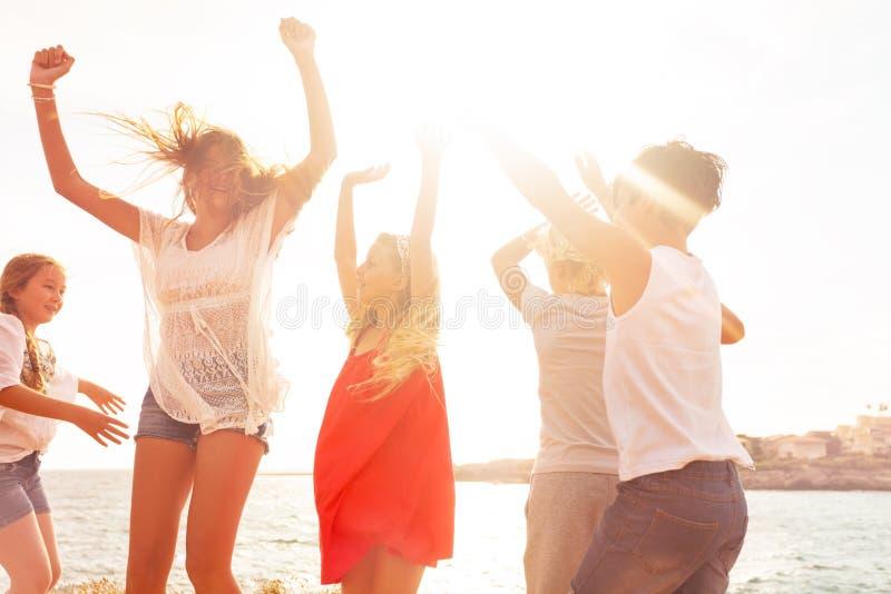 Gelukkige vrienden die in openlucht in de zomer dansen royalty-vrije stock foto's