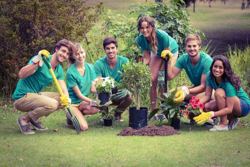 Gelukkige vrienden die voor de gemeenschap tuinieren royalty-vrije stock foto's