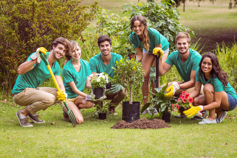 Gelukkige vrienden die voor de gemeenschap tuinieren royalty-vrije stock foto