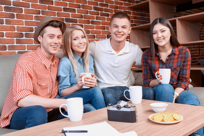 Gelukkige vrienden in een koffie stock foto