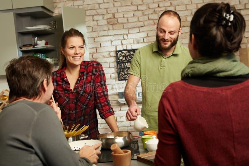 Gelukkige vrienden in keuken royalty-vrije stock foto