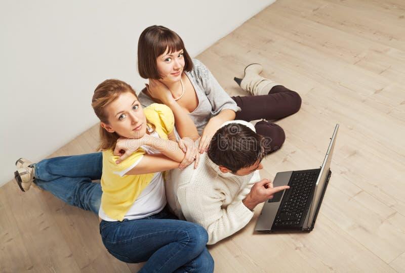 Gelukkige vrienden met laptop computer royalty-vrije stock foto's