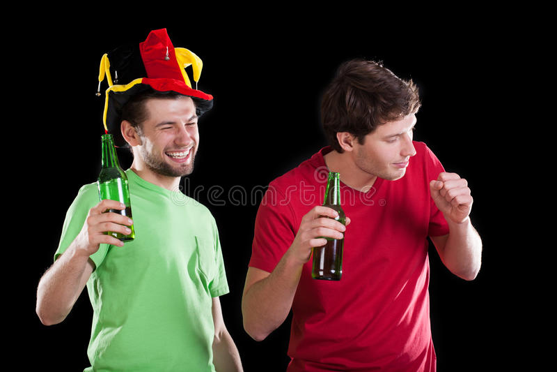 Gelukkige vrienden na voetbalwedstrijd royalty-vrije stock afbeelding