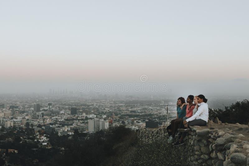 Gelukkige vrienden op een stijging in de heuvels royalty-vrije stock fotografie