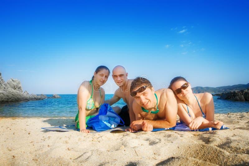 Gelukkige vrienden op strand stock afbeelding