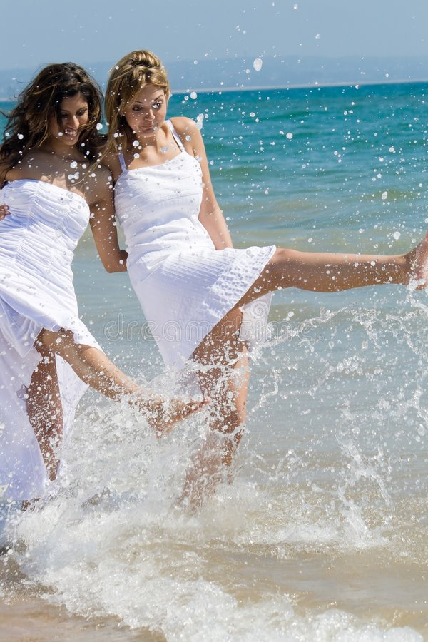 Gelukkige vrienden op strand royalty-vrije stock afbeelding