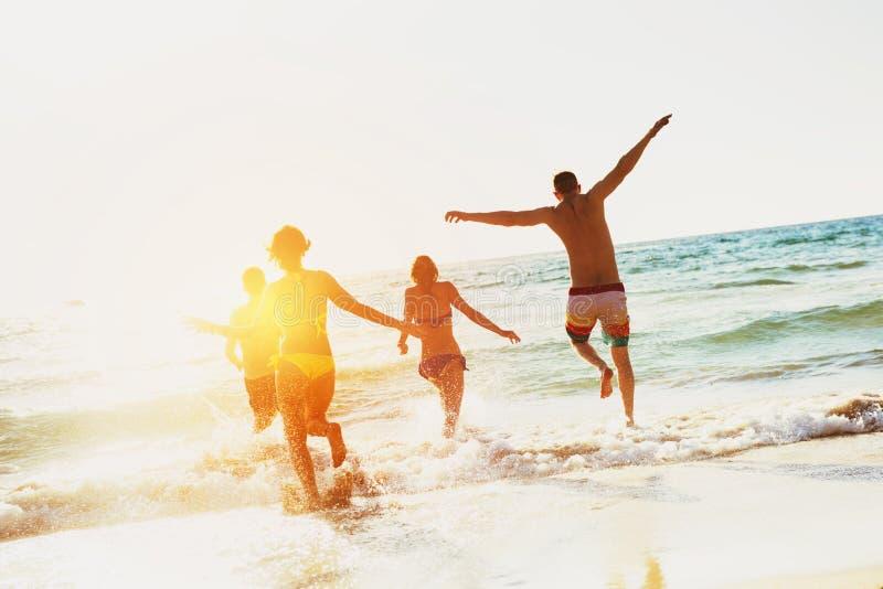 Gelukkige vrienden overzeese strandvakantie stock fotografie