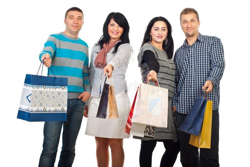 Gelukkige vriendenmensen bij het winkelen stock fotografie