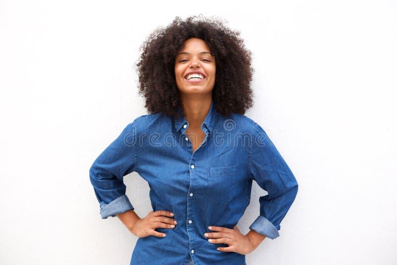 Gelukkige vriendschappelijke vrouw die op geïsoleerde witte achtergrond glimlachen stock afbeelding