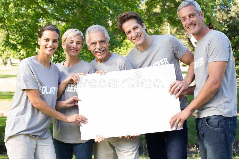 Gelukkige vrijwilligersfamilie die een spatie houden royalty-vrije stock foto's