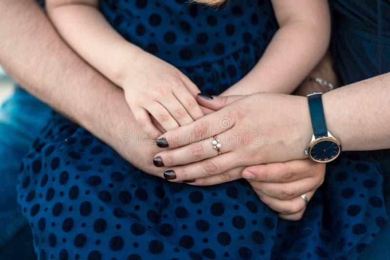 Gelukkige vrijwilligersfamilie die hun handen samenbrengen stock afbeelding