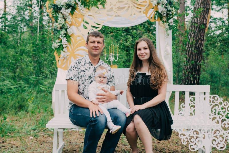 Gelukkige vrolijke en mooie familie in het park op een gang stock afbeelding