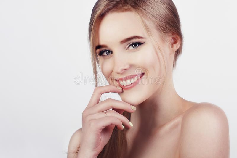 Gelukkige vrolijke jonge vrouw met perfecte tanden en schone huidglimlach Mooie brede glimlach van jong vers blondemeisje royalty-vrije stock foto's
