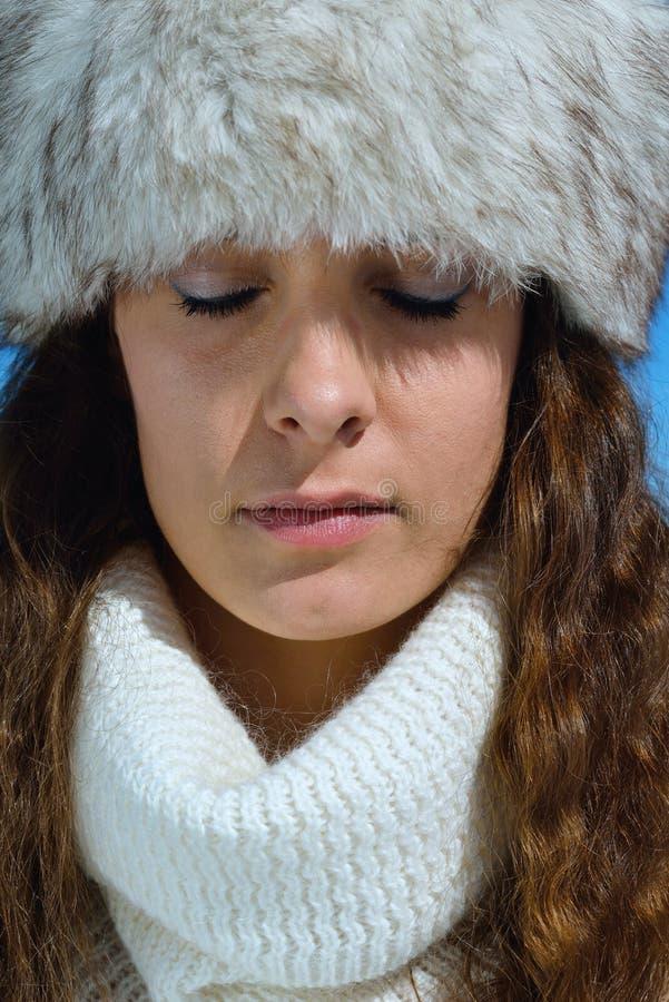 Gelukkige vrouw bij de winter royalty-vrije stock foto's