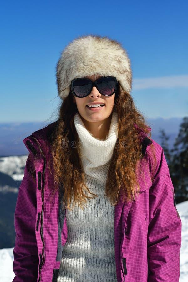 Gelukkige vrouw bij de winter royalty-vrije stock fotografie