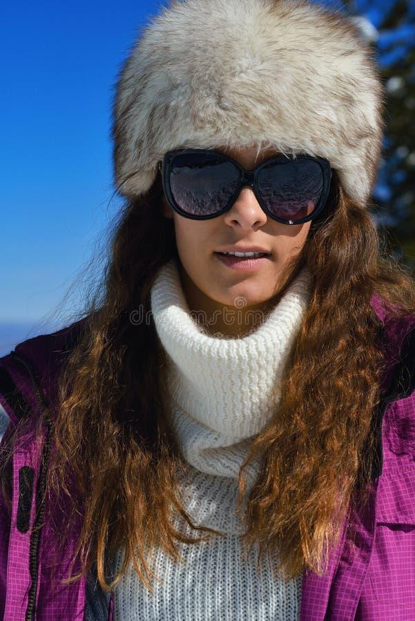 Gelukkige vrouw bij de winter stock fotografie