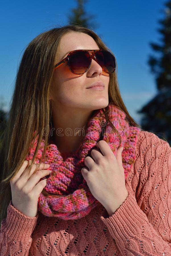 Gelukkige vrouw bij de winter stock afbeelding