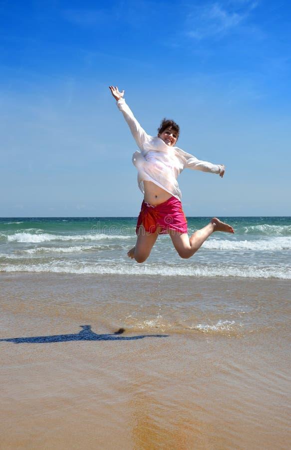 Gelukkige vrouw bij het strand royalty-vrije stock foto