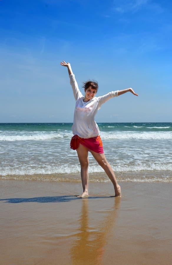 Gelukkige vrouw bij het strand royalty-vrije stock fotografie