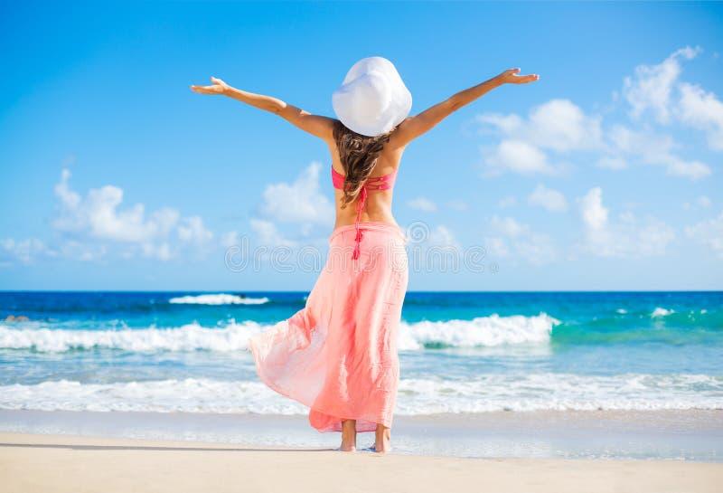 Gelukkige vrouw bij het strand stock afbeelding